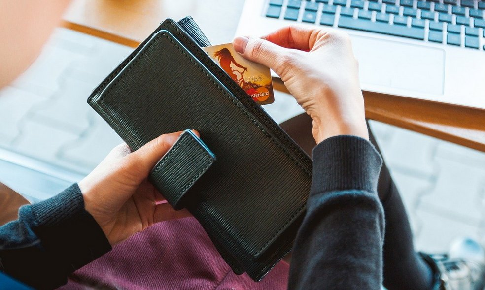 Buyer taking off the card from the wallet